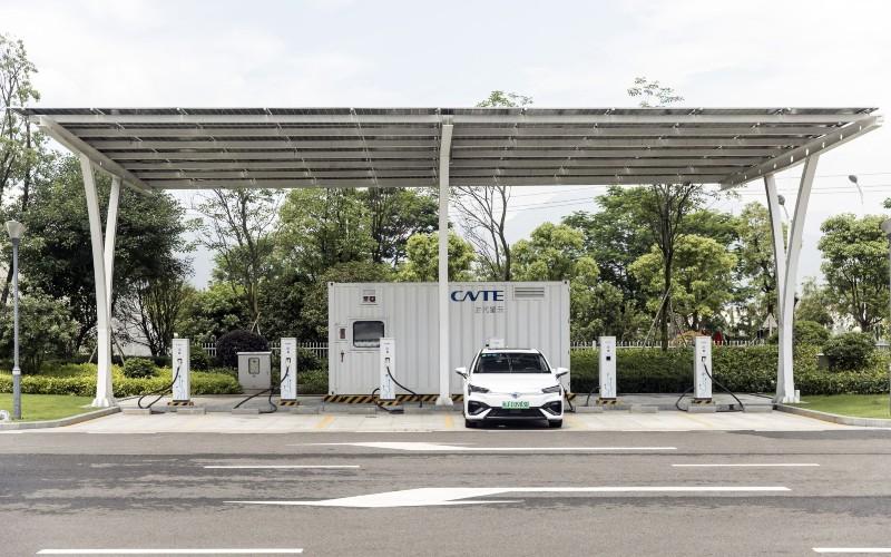Sebuah purwarupa mobil listrik mengisi daya di bawah panel surya di dekat kantor pusat Contemporary Amperex Technology Co. (CATL) di Ningde, Fujian, China, Rabu (3/6/2020). - Bloomberg/Qilai Shen