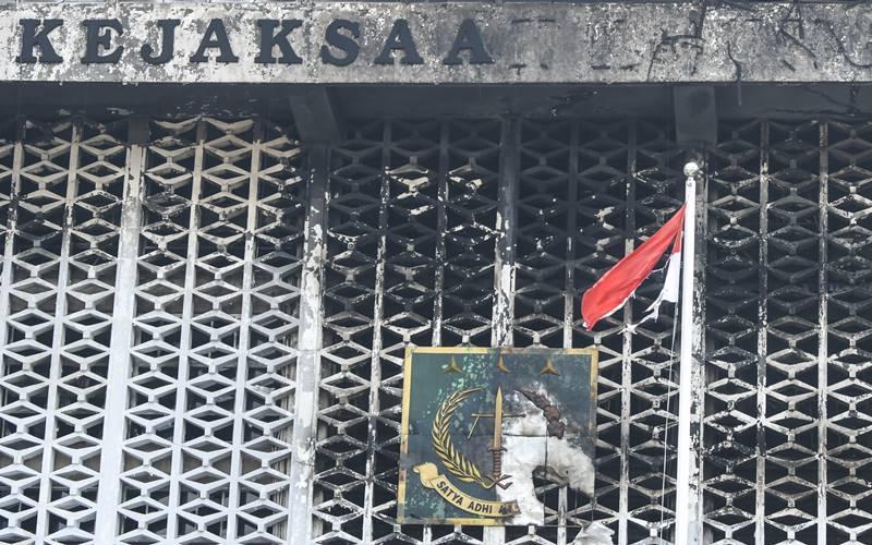 Kondisi gedung utama Kejaksaan Agung yang terbakar di Jakarta, Minggu (23/8/2020). - ANTARA FOTO/Galih Pradipta