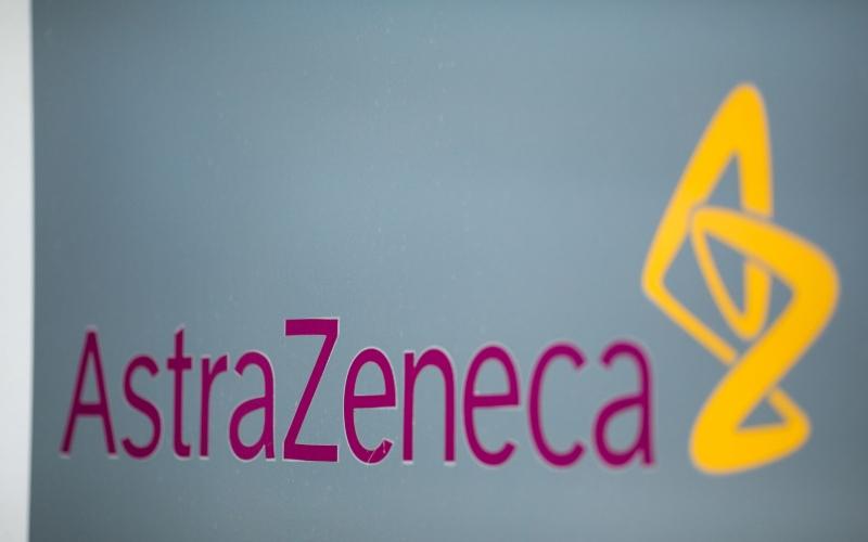 Logo AstraZeneca Plc terpampang di gedung perusahaan farmasi itu di Cambridge, Inggris, Senin (8/6/2020). - Bloomberg/Jason Alden