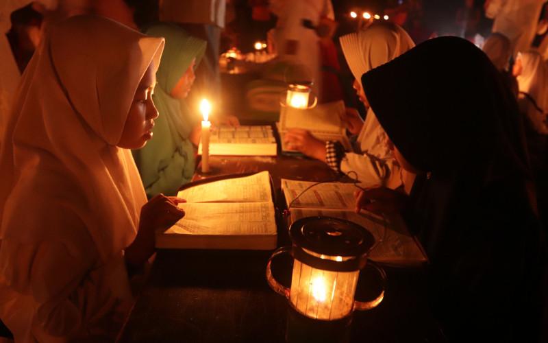 Santri Pondok Pesantren Baitul Mustofa, Kedung tungkul, Mojosongo, Solo mengikuti Tadarusan dengan penerangan Senthir (lampu minyak) di halaman pondok, Senin (27/5/2020). Selain berharap Lailatul Qadar, kegiatan tersebut juga untuk melatih kepekaan para santri dalam membaca kitab suci Al Quran.  -  Espos/Sunaryo Haryo Bayu