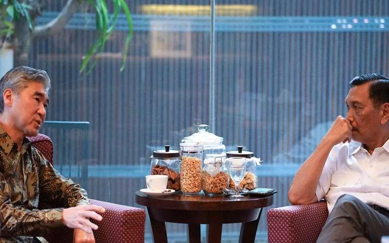 Duta Besar Amerika Serikat Sung Yong Kim (kiri) berbincang dengan Menko bidang Maritim dan Investasi Luhut Binsar Pandjaitan (kanan). - Akun Facebook Luhut