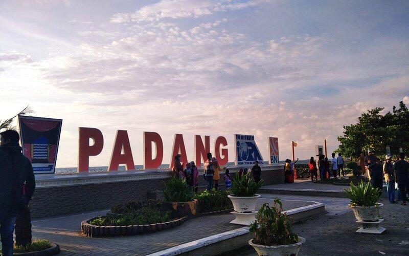 Objek wisata Pantai Padang yang masih dipadati oleh pengunjung meski di daerah ini berada di zona merah Covid-19. - Bisnis/Noli Hendra