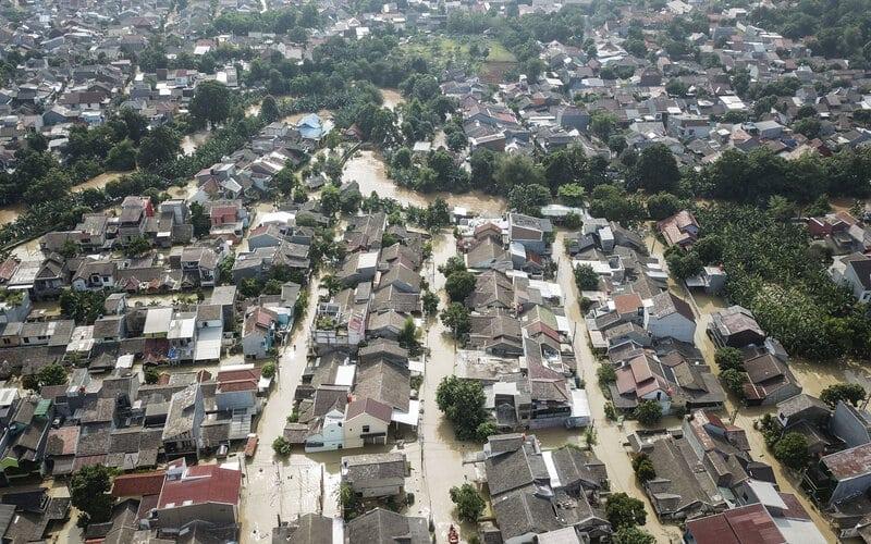 Foto udara banjir yang merendam perumahan Villa Jatirasa, Bekasi, Jawa Barat, Minggu (25/10/2020). Banjir akibat luapan kali Cikeas dengan ketinggian 60 cm - 2 meter memasuki pemukiman warga pada (24/10) pukul 23.00 WIB. - Antara/Fakhri Hermansyah