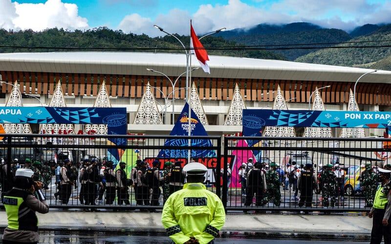 Aparat keaamanan TNI dan Polri berjaga di pintu utama Stadiun Papua Bangkit, Sentani Timur, Kabupaten Jayapura, Papua, Jumat (23/10/2020). Venue PON XX yang bersumber dari APBD Provinsi Papua itu siap diresmikan sekaligus hitung mundur pelaksanaan PON XX 2021. Selain venue, juga diresmikan Terminal Type B Waena Kota Jayapura, peluncuran data Orang Asli Papua (OAP), pemberian nama Stadion Lukas Enembe yang sebelumnya Papua Bangkit, dan perubahan nama Bandar Udara Sentani menjadi Dortheys Hiyo Eluay. - Antara