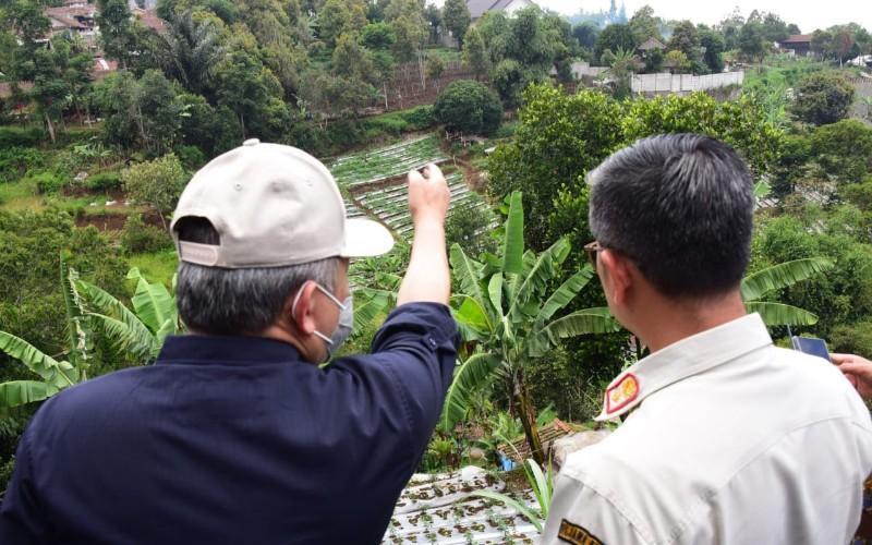 Sekda Jabar Setiawan Wangsaatmaja (kiri) meninjau sejumlah titik di Kawasan Bandung Utara (KBU) - Istimewa