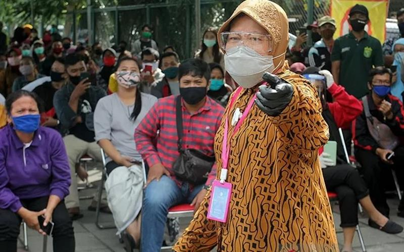 Wali Kota Surabaya Tri Rismaharini menyapa warga yang antre untuk menjalani pemeriksaan menggunakan alat tes diagnostik cepat guna mendeteksi penularan Covid-19. - Antara