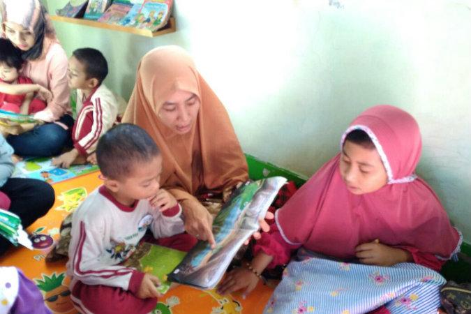 Ilustrasi: Anak/anak peserta didik PAUD (Pendidikan Anak USia Dini) tengah mendengarkan dongeng yang dibacakan orang tuai. Foto: Hmpaudi DIY