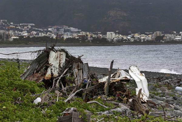 Penemuan puing pesawat diduga dari pesawat Malaysia Airlines MH370 di Pulau La Reunion - Reuters