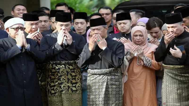 Perdana Menteri Malaysia Muhyiddin Yassin (Tengah) berdoa bersama para pendukungnya di luar kediamannya, di Kuala Lumpur, Malaysia, Minggu (1/3/2020). - Antara