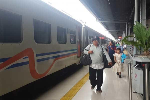Penumpang berjalan menuju gerbong di Stasiun Pasar Senen, Jakarta, Jumat (7/6/2019).  - Antara