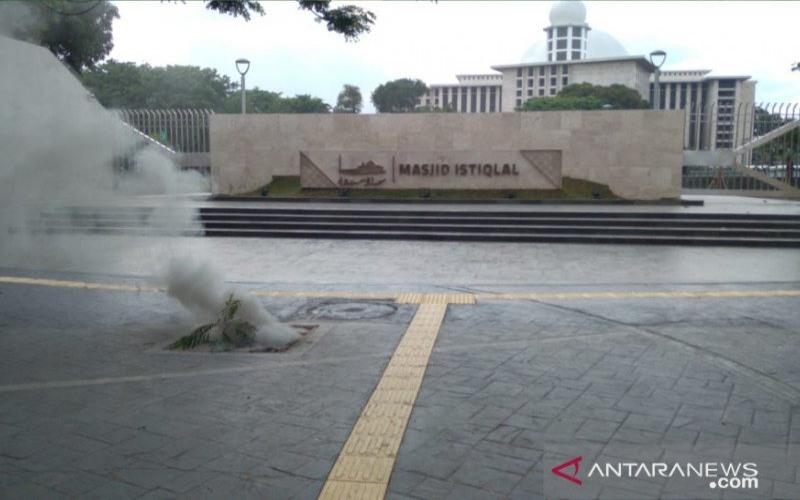 Kepulan asap yang terlihat di Masjid Istiqlal akibat adanya kabel listrik yang terbakar, Minggu (25/10/2020). - ANTARA/Dokumentasi Sudin Gulkarmat Jakarta Pusat