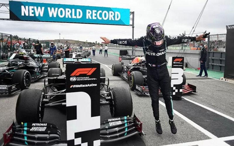 Lewis Hamilton setelah menjuarai GP Portugal pada Minggu (26/10/2020)./Antara - Reuters