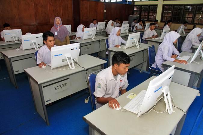 Sejumlah siswa mengikuti Ujian Nasional Berbasis Komputer (UNBK) di Sekolah Menengah Kejuruan (SMK) Negeri 1 Meulaboh, Aceh Barat, Aceh, Senin (25/3/2019). - ANTARA/Syifa Yulinnas