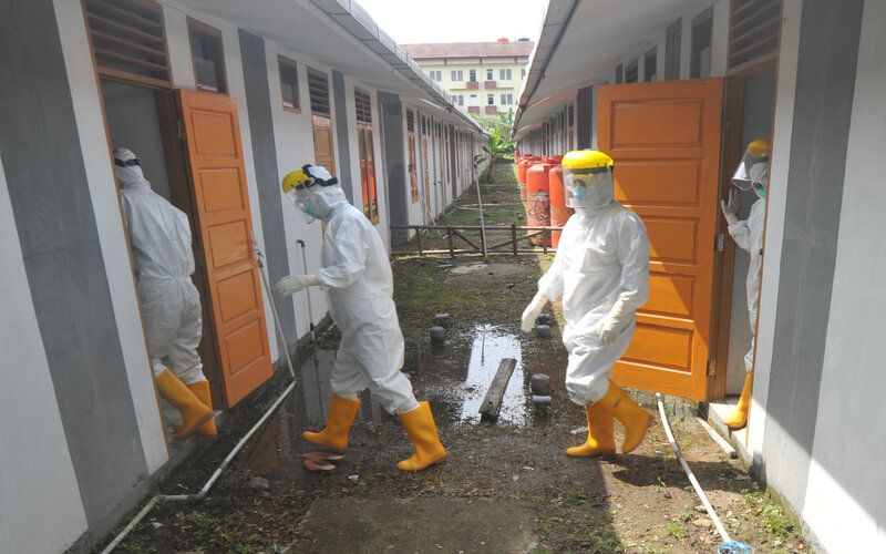 Sejumlah petugas medis bersiap memeriksa kondisi pasien COVID-19 di rumah nelayan Lubukbuaya, Padang, Sumatera Barat, Jumat (25/9/2020). Rumah nelayan yang baru dibangun tersebut dijadikan tempat khusus karantina pasien Covid-19 karena tempat isolasi lainnya sudah penuh, menyusul terus meningkatnya jumlah kasus positif di kota itu. - Antara/Iggoy el Fitra