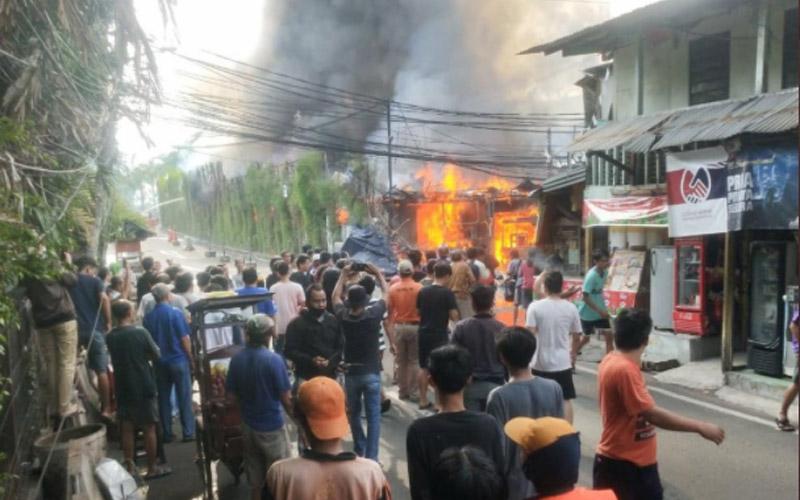 Kebakaran semuah warung di dekat Parkiran Senayan City Jakarta Selatan pada Senin pagi (26/10 - 2020). Foto: @humasjakfire