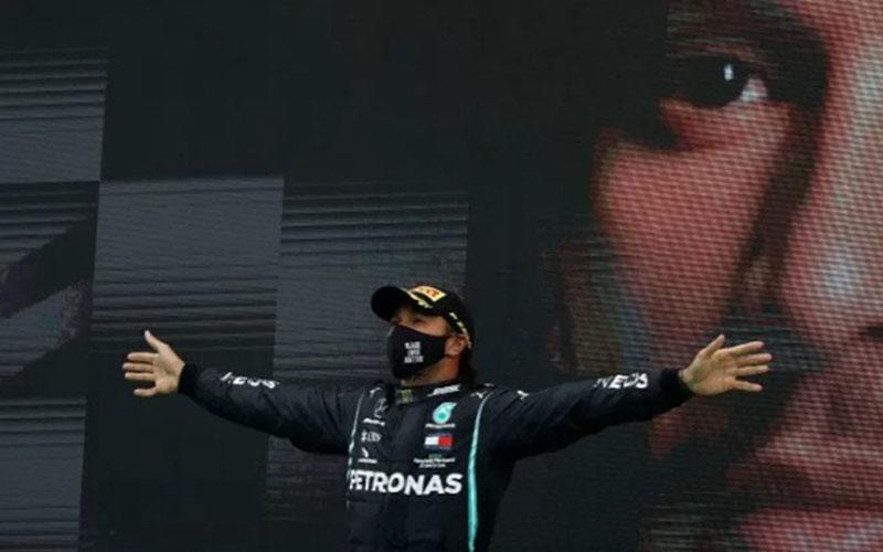 Lewis Hamilton setelah menjuarai GP Portugal dan memecahkan rekor Michael Schumacher./Antara - Reuters