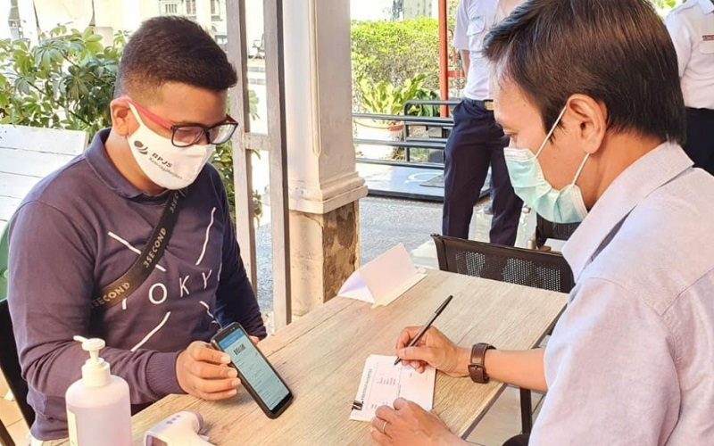 Calon penumpang kereta api menunjukkan kode booking keberangkatan untuk mengikuti rapid test di stasiun Cirebon - Bisnis/Hakim Baihaqi