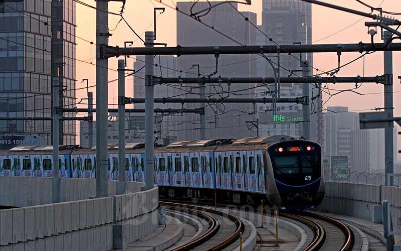 Kereta Moda Raya Terpadu (MRT) melintas di Jakarta, Minggu (18/8/2019). Bisnis - Arief Hermawan P