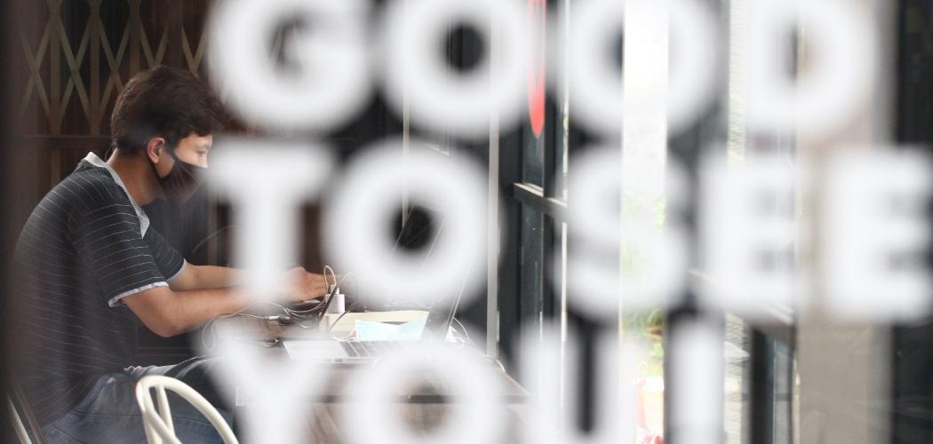 Pengelola perusahaan rintisan digital atau startup mengoperasikan program pelayanan di sebuah kantor bersama berbasis jaringan internet (Coworking space) Ngalup.Co di Malang, Jawa Timur, Senin (12/10/2020). - ANTARA FOTO/Ari Bowo Sucipto