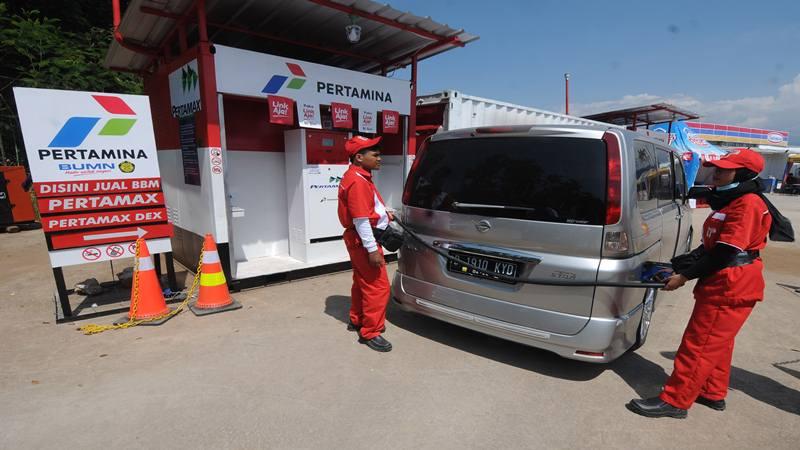 Petugas Pertamina melayani pemudik saat membeli bahan bakar minyak di Rest Area KM 456, Kabupaten Semarang, Jawa Tengah, Kamis (30/5/2019). - Antara