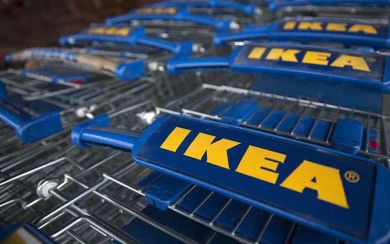 Logo IKEA terlihat di deretan troli. - Reuters