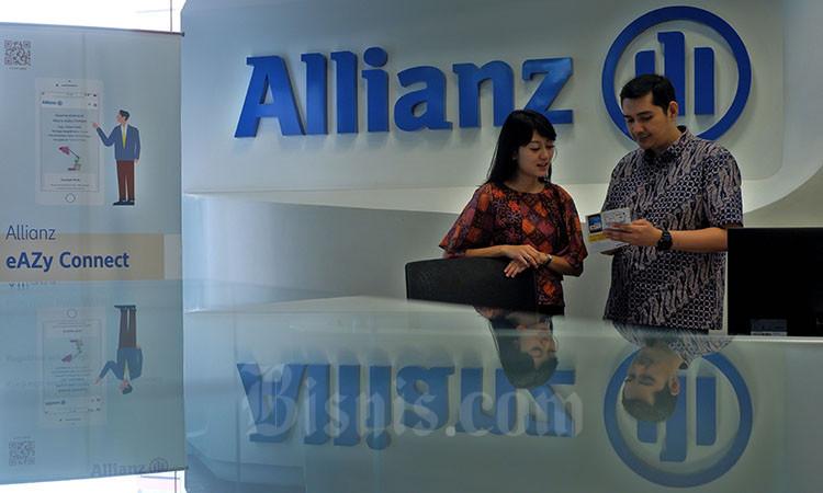 Nasabah berkomunikasi di dekat logo milik Allianz Indonesia di Jakarta, Rabu (4/3/2020). Bisnis - Nurul Hidayat