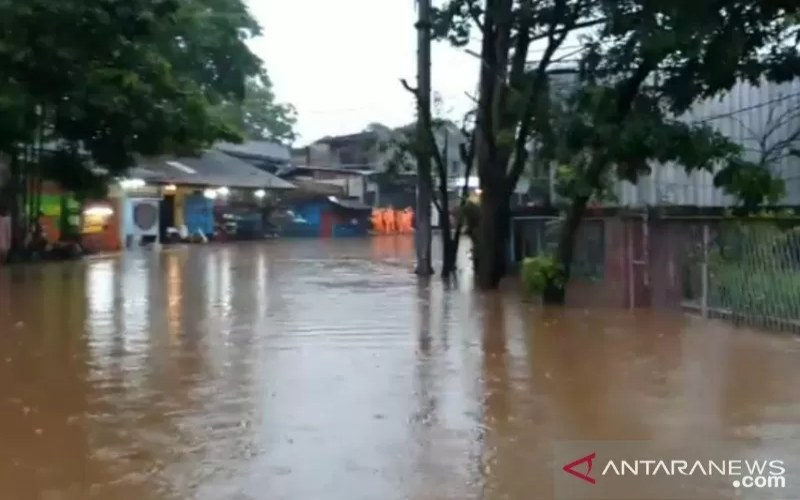 Genangan air setinggi 60 sentimeter menutup sebagian Jalan Raya Jambore akibat hujan lebat, Senin (26/10/2020). Petugas menutup sementara akses jalan untuk keperluan pemompaan air. (ANTARA - Sudinhub Jaktim)