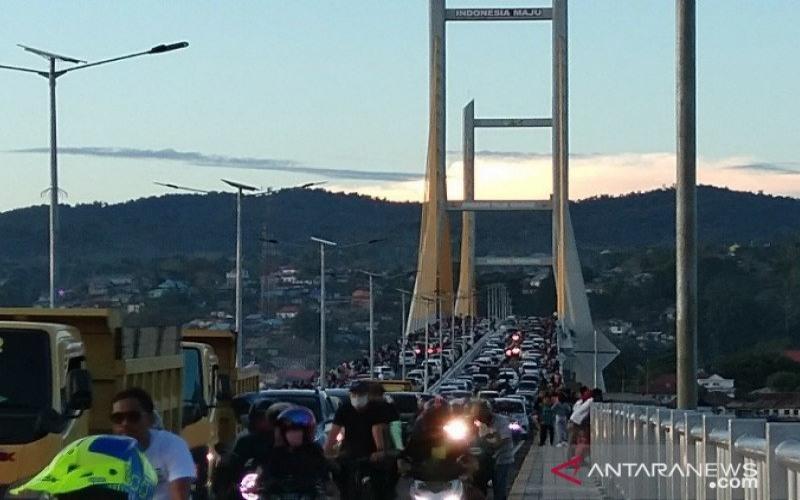 Jembatan Teluk Kendari di Kota Kendari, Sulawesi Tenggara, sepanjang 1,34 kilometer dan lebar 20 meter dipadati warga, Sabtu (24/10/2020). - ANTARA/Harianto
