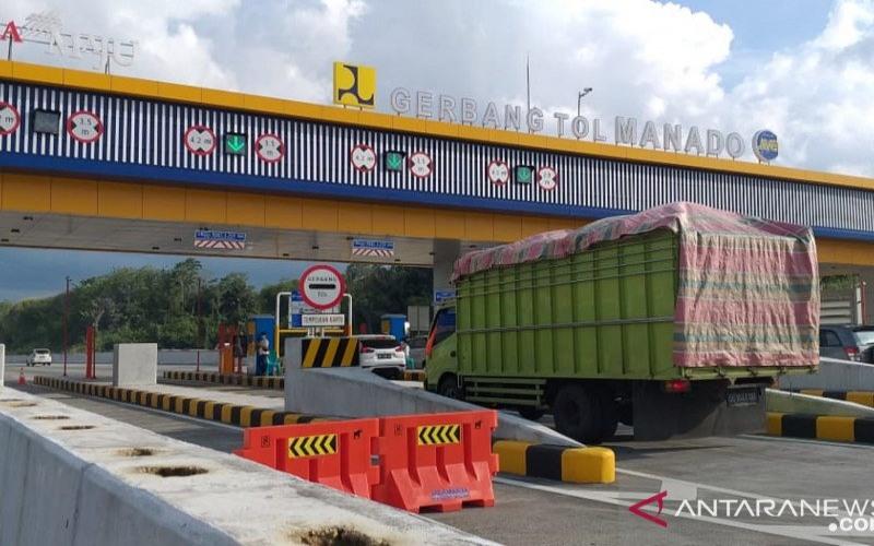 Aktivitas lalu lintas kendaraan yang melaintasi gerbang tol Manado--Bitung. - Antara/Karel A. Polakitan