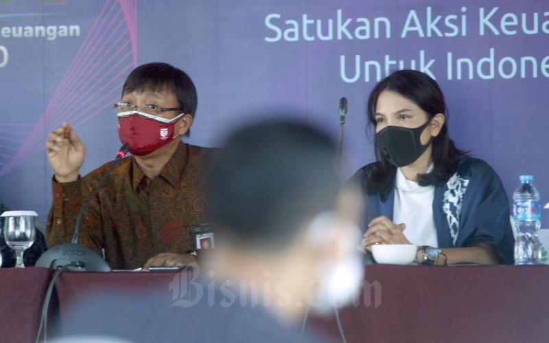 Kepala OJK Sulawesi, Maluku, dan Papua, Nurdin Subandi (kiri) dan Plt Dirut Bank Sulselbar Irmayanti Sultan berbicara pada pertemuan bulanan kinerja keuangan perbankan di Makassar, Sulawesi Selatn, Jumat (9/10). Aset perbankan di Sulsel pada posisi Agustus 2020 mengalami pertumbuhan 0,64% (yoy) menjadi Rp151,30 triliun. - Bisnis/Andini Ristyaningrum
