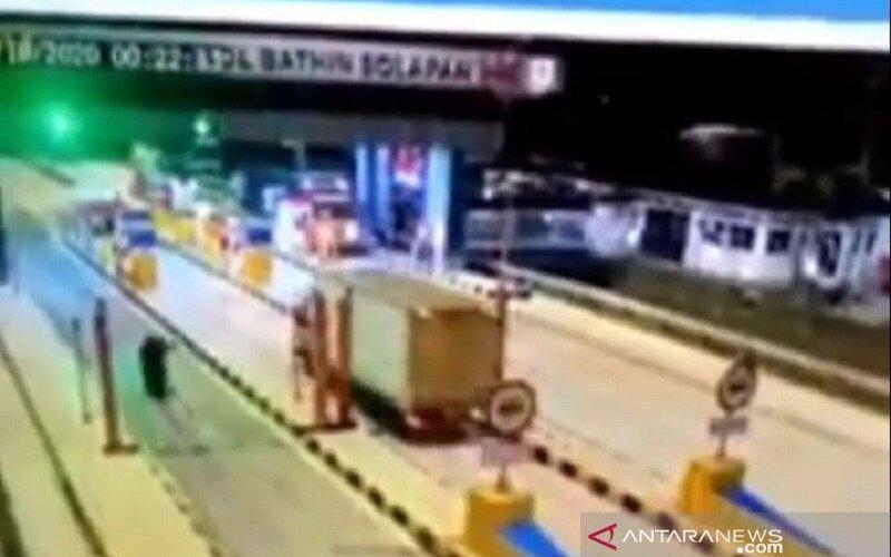 Tangkapan layar saat pengendara motor mengikuti truk di gerbang masuk tol. - Antara