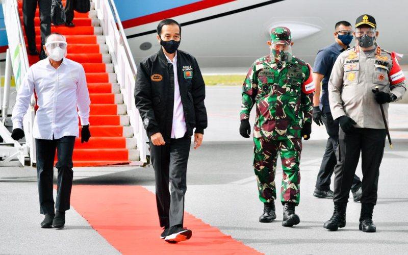 Presiden Jokowi Tiba di Bandar Udara Internasional Silangit, Tapanuli Utara, Sumatra Utara pada Selasa 27 Oktober 2020 untuk meninjau proyek food estate di Desa Ria/Ria, Kabupaten Humbang Hasundutan / Biro Sekretariat Presiden