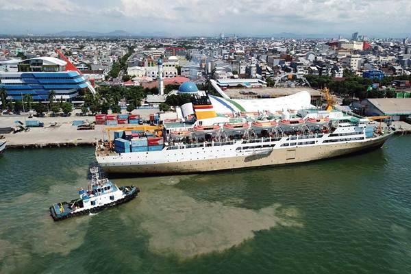 Kapal milik PT Pelayaran Indonesia (Pelni) KM Dobonsolo merapat di dermaga Pelabuhan Makassar, Sulawesi Selatan, Senin (7/1/2019). - Bisnis/Paulus Tandi Bone