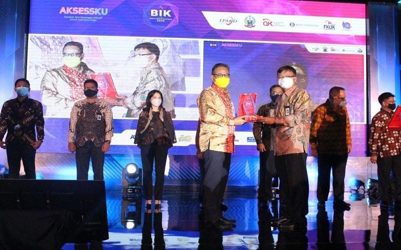 Pemimpin BNI Kanwil Makassar Hadi Santoso menerima penghargaan dari Kepala OJK Regional Sulampua, Senin (26/10/2020). Bank BNI Wilayah Makassar meraih penghargaan kategori Bank Dengan Peningkatan Inklusi Keuangan Tertinggi Tahun 2020 dari OJK - Istimewa