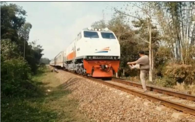 Video suntingan seorang pria menedang mundur kereta api jarak jauh. Foto: Instagram infocegatansukoharjo