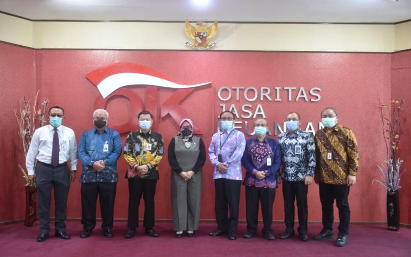 Kepala OJK Regional 7 Sumbagsel Untung Nugroho (ketiga dari kiri) berfoto bersama Anggota DPD RI Komite IV Arniza Nilawati, Kepala BI Sumsel Hari Widodo, dan pemimpin perbankan di Sumsel. - Istimewa