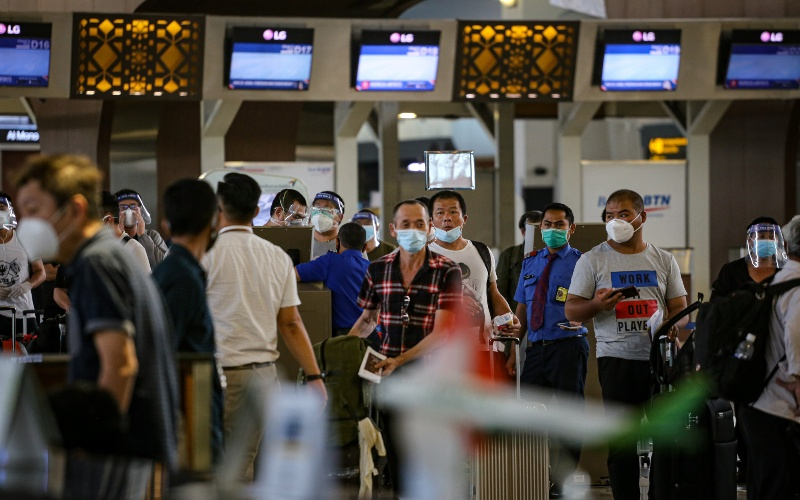 Sejumlah calon penumpang antre saat pengecekan tiket di Terminal 3 Bandara Internasional Soekarno-Hatta, Tangerang, Banten, Senin (21/9/2020). - ANTARA FOTO/Fauzan