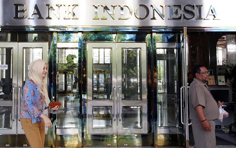 Karyawan keluar dari pintu salah satu gedung Bank Indonesia di Jakarta, Senin, (20/1/2020).  Bisnis - Abdullah Azzam