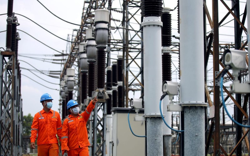 Petugas mengecek Gardu Induk Cikumpay milik PLN UP3 Purwakarta - Bisnis/Rachman