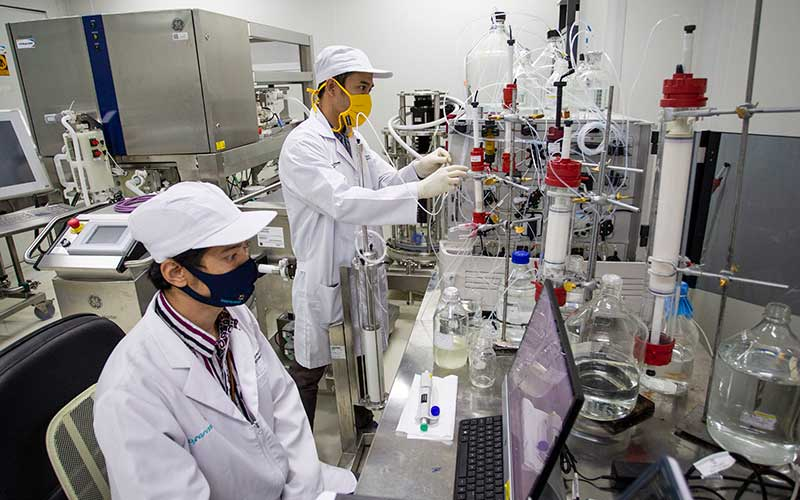 Peneliti beraktivitas di ruang riset vaksin Merah Putih di kantor Bio Farma, Bandung, Jawa Barat, Rabu (12/8/2020). - Antara/Dhemas Reviyanto