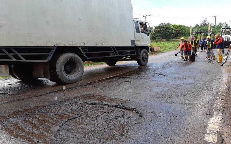 Pekerja melakukan perbaikan jalan di Lintas Timur Sumatra di Sumsel./Bisnis - Dinda Wulandari