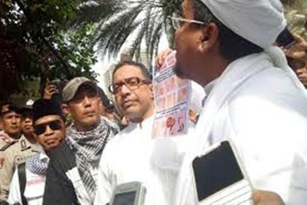 Habib Rizieq Shihab saat meminta pihak berwenang segera menarik lembaran uang baru yang disebut memberi persepsi adanya logo palu arit. - Bisnis.com/Juli Etha