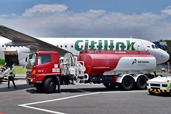 Ilustrasi truk pengangkut avtur bersiap melakukan pengisian bahan bakar pada pesawat Citilink./Antara - Aditya Pradana Putra