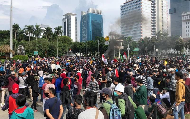 Ribuan mahasiswa dari berbagai universitas memadati kawasan Patung Kuda, Jakarta Pusat, Selasa (20/10/2020) dalam rangka unjuk rasa tolak UU Cipta Kerja. - Bisnis/Aprianus Doni