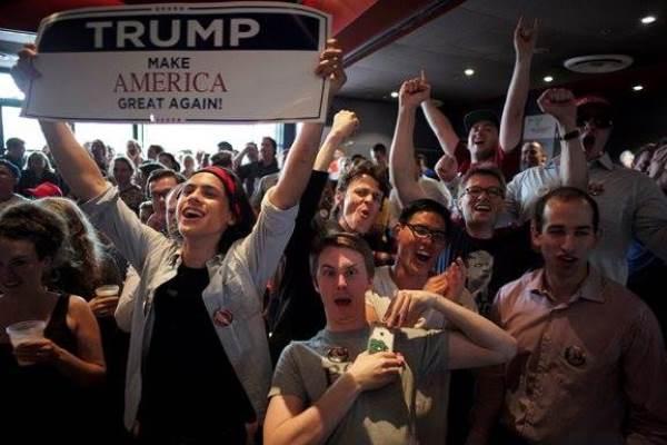 Kalangan mahasiswa pendukung Trump mengekspresikan kegembiraan saat menyaksikan laporan langsung di University of Sydney di Australia, 9 November 2016. - Reuters/Jason Reed