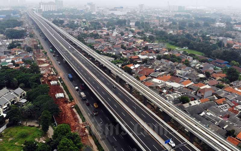 Foto aerial kendaraan melintas di Jalan Tol Jakarta-Cikampek di Bekasi, Jawa Barat, Rabu (15/4/2020). Bisnis - Himawan L Nugraha