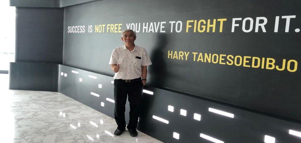 Lo Kheng Hong berpose di depan dinding berisi kutipan Chairman MNC Group Hary Tanoesoedibjo. / istimewa