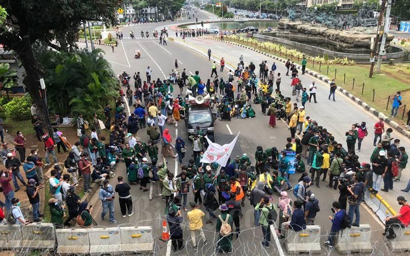 Puluhan mahasiswa dari Badan Eksekutif Mahasiswa Seluruh Indonesia (BEM SI) mulai berkumpul di sekitar Patung Kuda, Jakarta Pusat, Selasa (20/10/2020) jam 12.00 WIB. - Bisnis/Aprianus Doni