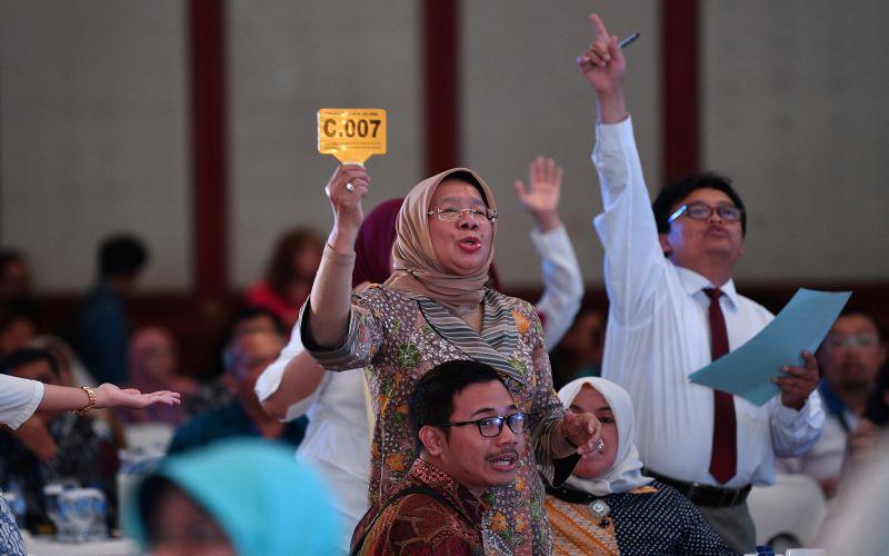 Peserta lelang mengajukan penawaran dalam lelang barang gratifikasi dari KPK di kantor Kemenkeu, Jakarta. - Antara / Sigid Kurniawan.