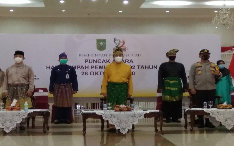 Gubernur Riau Syamsuar pakaian khas Melayu berwarna kuning mengikuti perayaan Hari Sumpah Pemuda di Balai Serindit, Komplek Kediaman Gubernur, Pekanbaru, Rabu (28/10/2020). - Bisnis/Eko Permadi